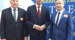m-zanko-w-brukseli-obok-prof-m-piotrowski-i-wojt-gminy-koden-jerzy-troc-copy-696x520